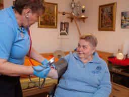 domicura-pflege-de-frau-zuhause-rentnerin-blutdruck-zuverlässig