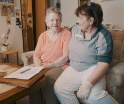 domicura-pflege-versorgung-klientin-mitarbeiterin-min